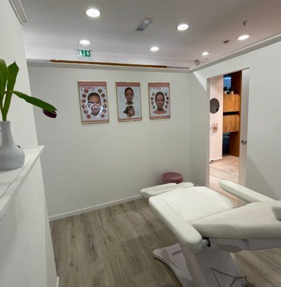 Dieses Bild zeigt den Behandlungsraum für die Laser Haarentfernung in Dresden.